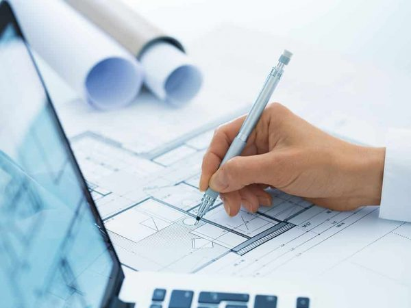 Architektin mit Notebook und Plan